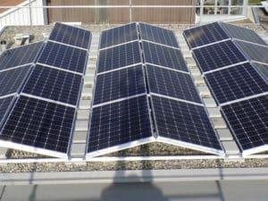 aktuelle-Photovoltaik-Installation-auf-Flachdach