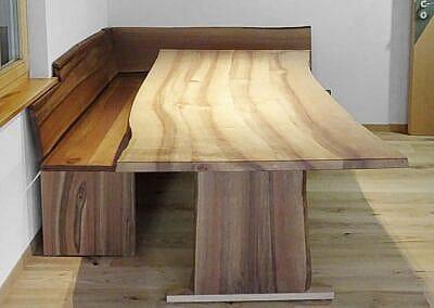 Eckbank und Tisch aus Nussbaumholz